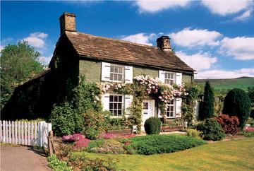 Country living - Haus mit fensterladen ...